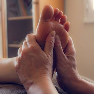 Massage d'un pied en gros plan