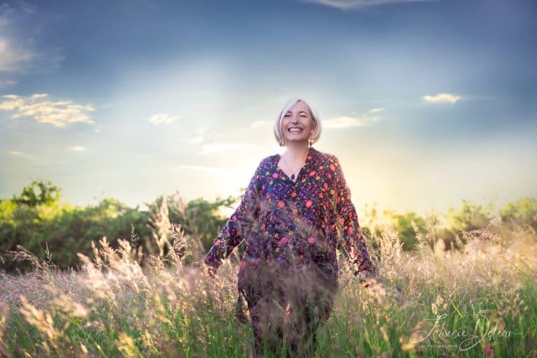 Myriam Méderlé debout dans la nature