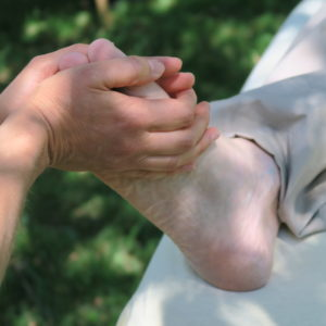 massage d'un pied en premier plan